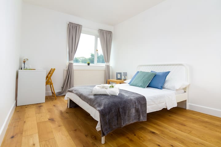 Large Smart Room 15 minutes from CentrAl London!