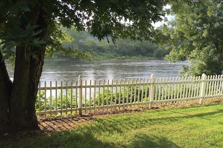 Getaway On the River - Leechburg - 一軒家