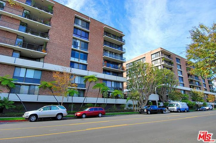 Roommate wanted for luxury apartment Beverly