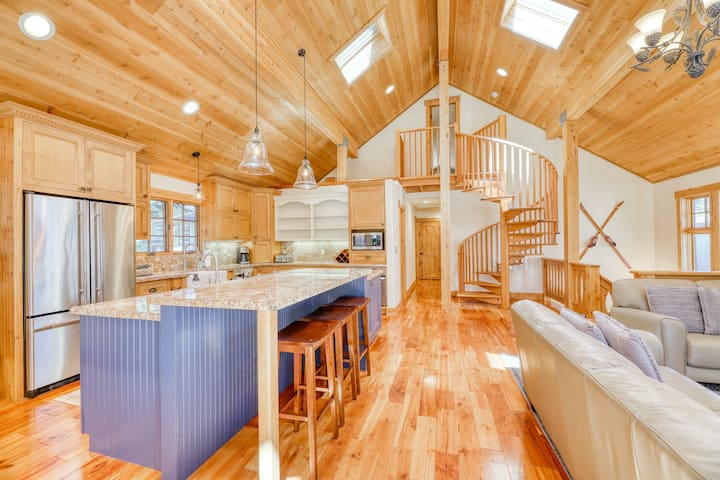 Family-friendly Tahoe retreat w/ home & guest house - close to lake & mountains!