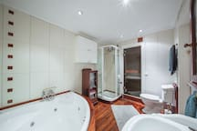 Master bathroom. Fully equipped with hot tub, sauna, sink, shower and toilet. Towels, shampoo & shower gel is provided.