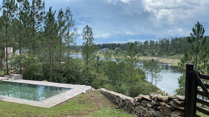 Casa sobre el lago Los molinos, Potrero de Garay