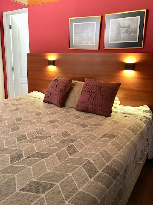 Dormitorio con cama King