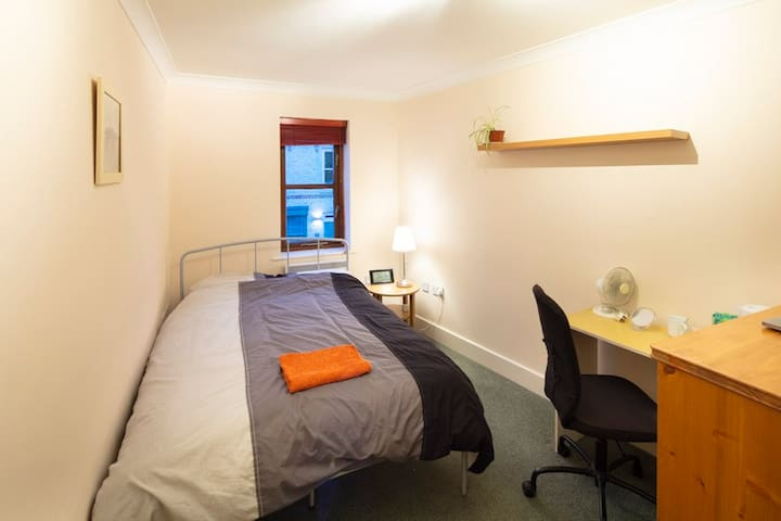 Private room with double bed and bathroom/shower