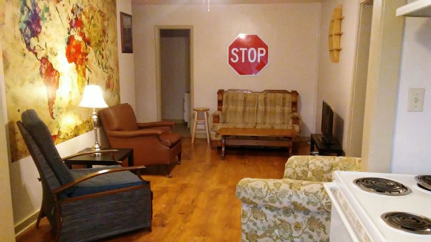 Cozy 2BR Apartment on Main St - White Sulphur Springs - Flat