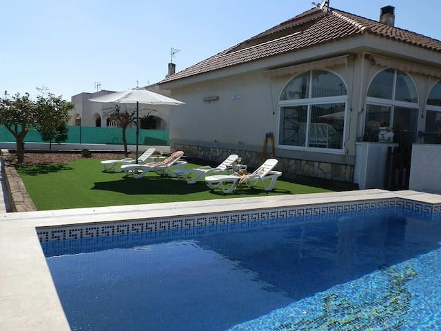 CASA PERLA,Ideal house for your holidays near the sea, free wifi, air conditioning, private pool, pets allowed, dog's beach.