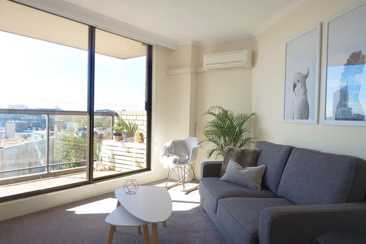 City Views! Comfy Designer Darlinghurst Studio