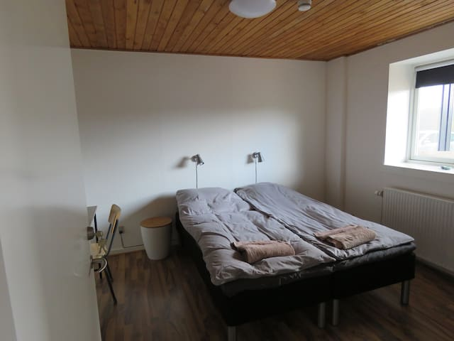 C1 Snedkerlund - Dejlig lyst dobbeltværelse.