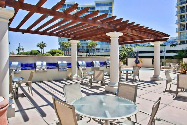 This condo has full access to the community's state-of-the-art amenities including pools, jacuzzi, BBQ grills, gym, clubhouse, tennis courts- all just steps away from the Pacific Ocean.