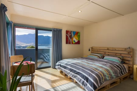Spacious bedroom/ensuite,balcony,breakfast,views. - Queenstown - Rumah
