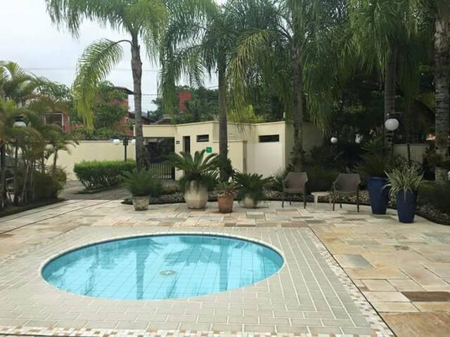piscina infantil do condomínio e a portaria