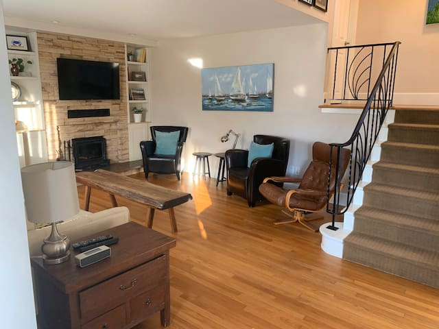 Cozy Halifax Home, 10min to QEII, ample parking.