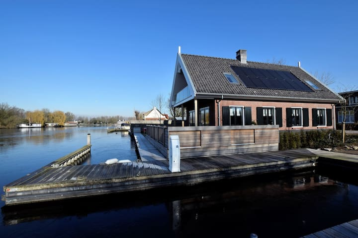 Luxurious villa with private jetty, directly on the Kagerplassen.