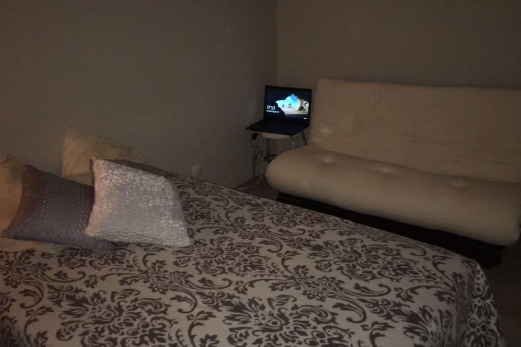La chambre avec le clic clac ouvert en lit plus le canapé futon.