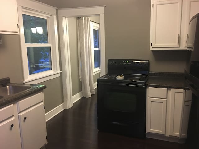 Cute and cozy Neenah 2/3 bdrm. Close to Winnebago