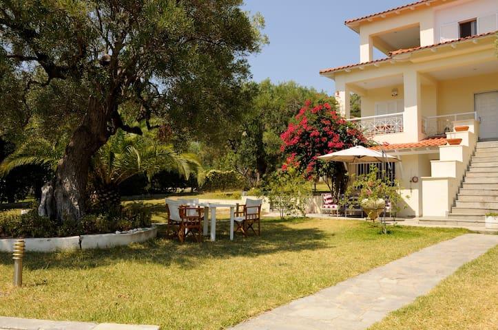 Beach House with garden in mola