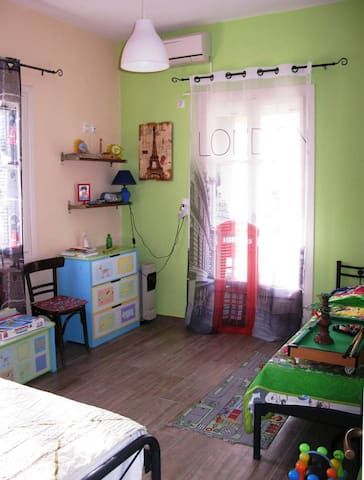 House 2, Bedroom 2: Colorful&playful with 2 single beds (bed 1)