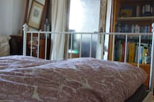 Schlafzimmer mit Blick ins Wohnzimmer