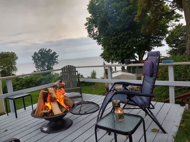 Sodus Point Luxury Camp! Lake view! Walk to town!
