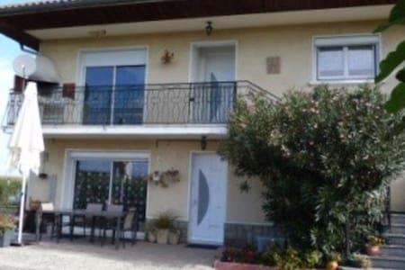 Grand appartement 1er étage maison individuelle - Vic-en-Bigorre - Apartamento