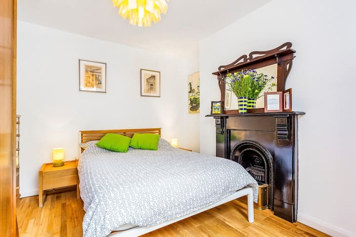 Islington: Cosy bedroom in large Victorian house - London - House