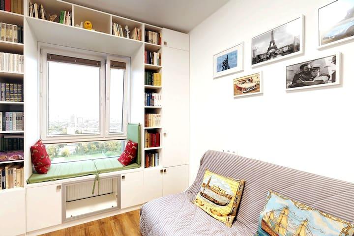 "VDNHouse - sunset view & ""sitting window"""