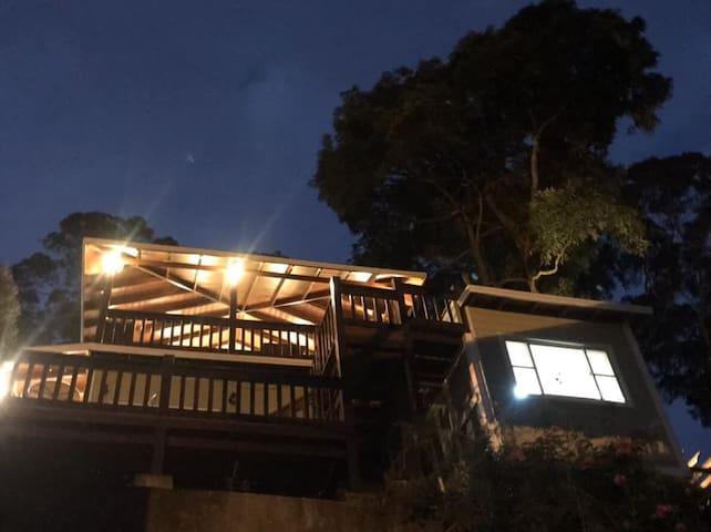 夜晚的小木屋 燈光柔和溫馨