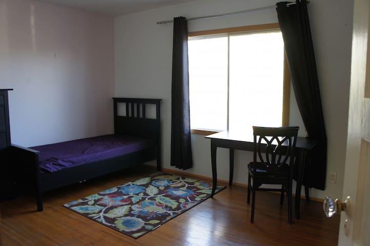 バークレーエリア日当たり良好明るく綺麗なマスターベッドルームをお貸しします。