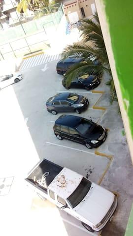 Gran estacionamiento y seguridad las 24 hrs. del día.