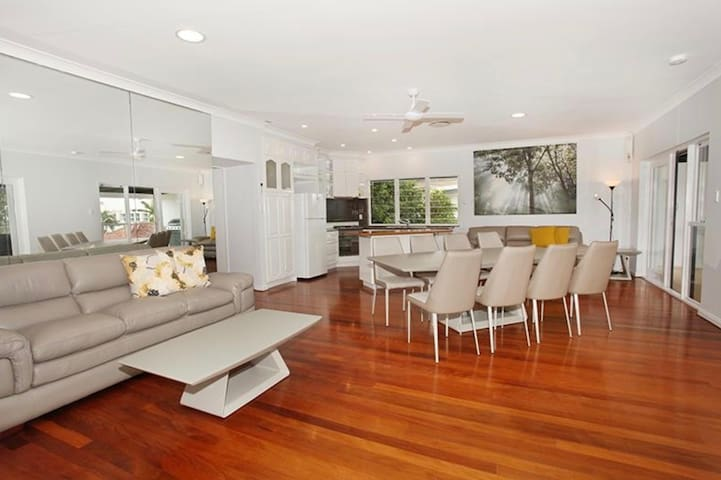 Unique holiday unit 150m walk to beach and cafes