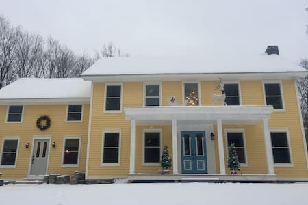 Large apt close to Albany & skiing - East Greenbush
