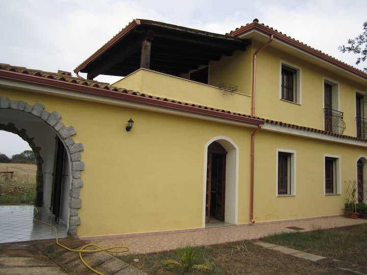 Villa con 3 appartamenti e giardino 800mt dal mare