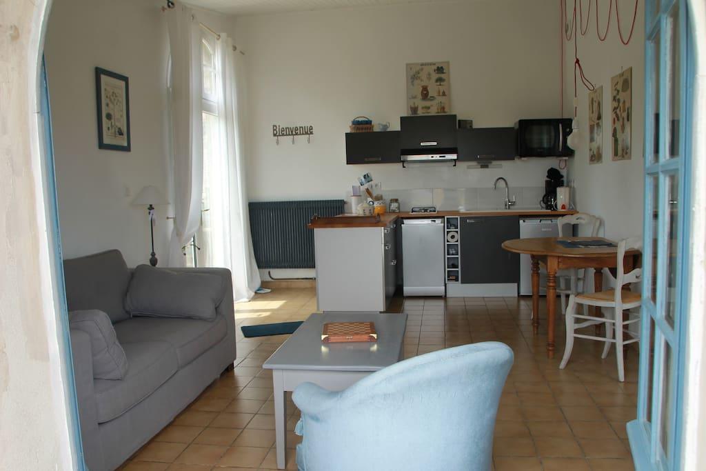 Petite cuisine equipee et son petit salon