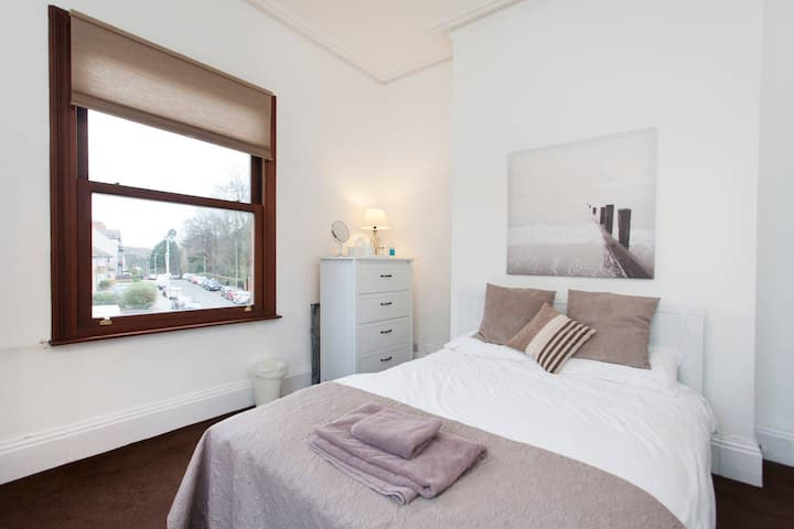 R5 Large Double Bedroom Detached House & Parking