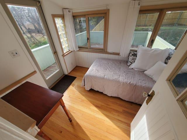 Single bed / sunroom / deck access
