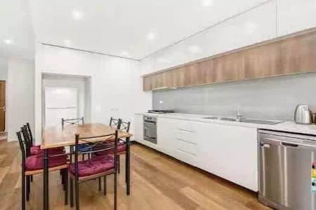 New big master rooms just 10 mins train to city! - Tempe