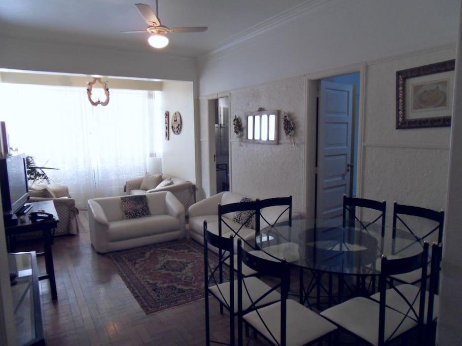 Sala de estar de tv e de jantar em 1 só ambiente e com ar condicionado
