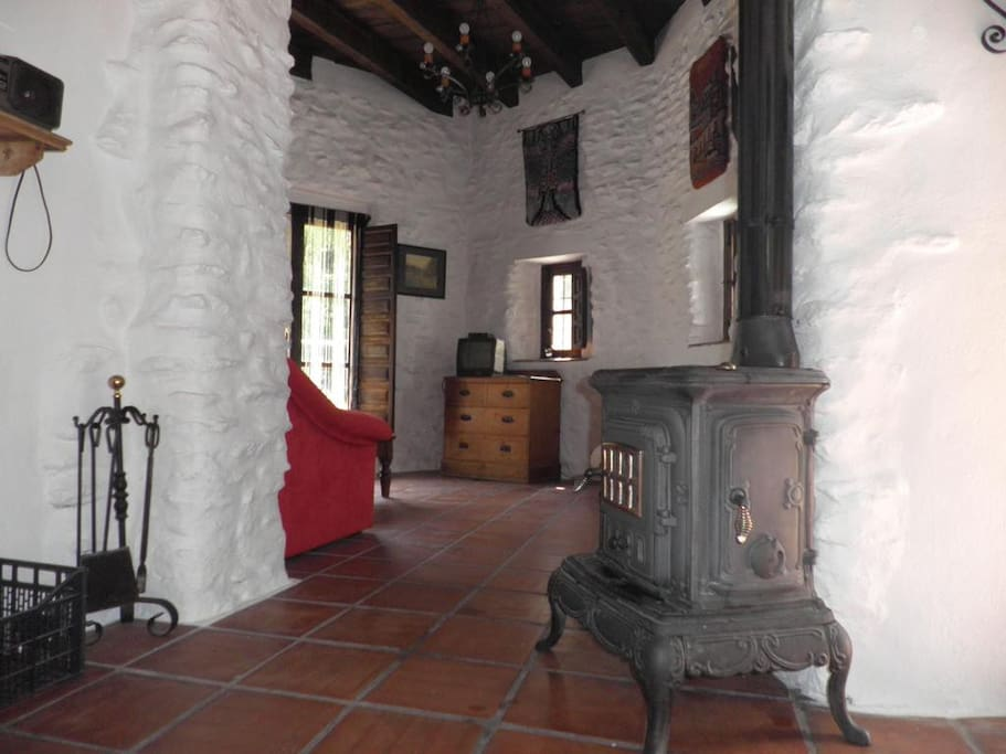 El salón de Torre Antigua está renovado de una forma tradicional con muros de piedra pulida de río, vigas de madera maciza y suelos de barro cocido artesanalmente.