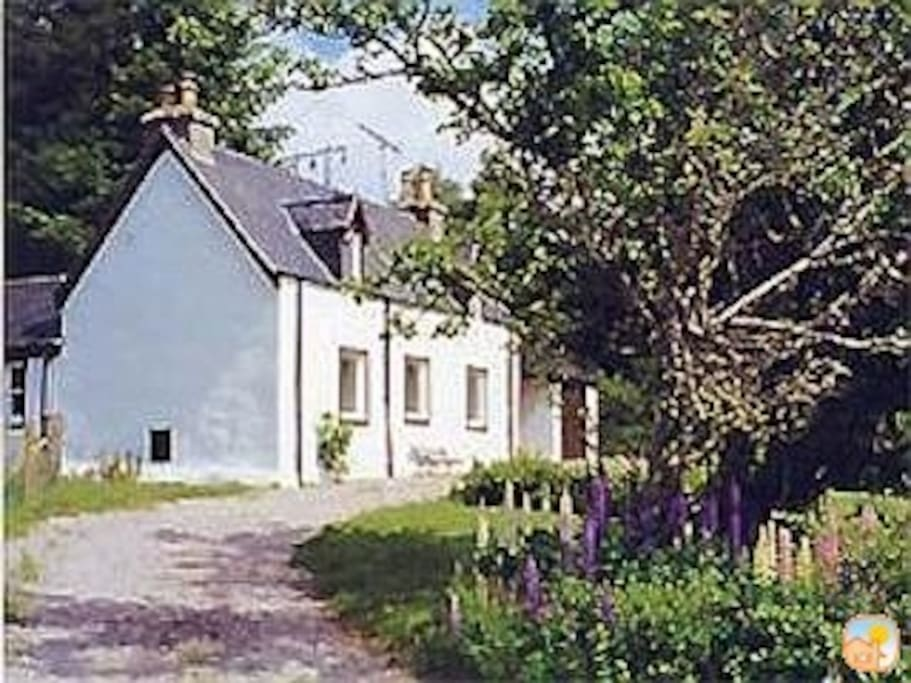 Private detached cottage with mountain views