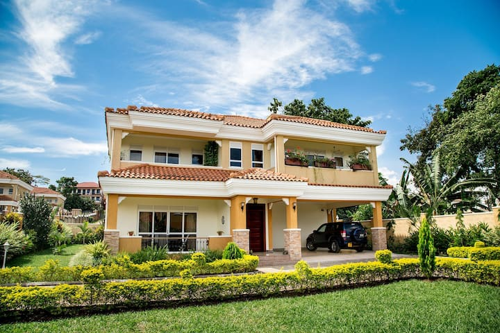 Spacious private villa in Munyonyo with a Jacuzzi.