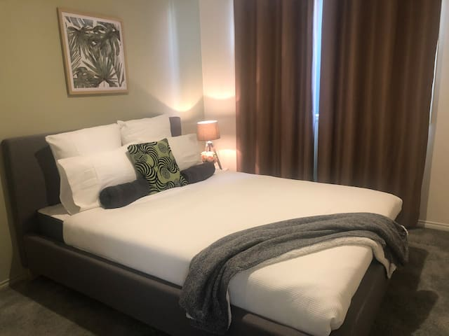 Mint, queen bed, Cranbourne, fully furnished