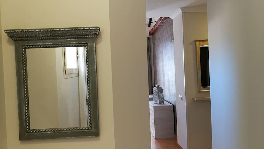Vista pasillo, zona entrada, cocina y salón