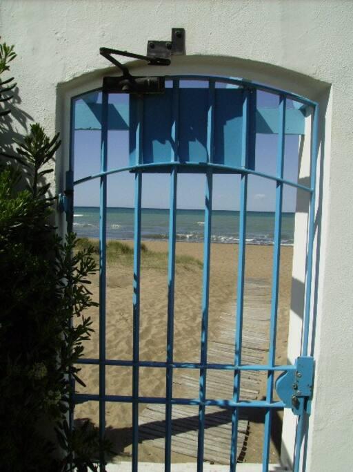 Salida directa de la urbanización a La Playa