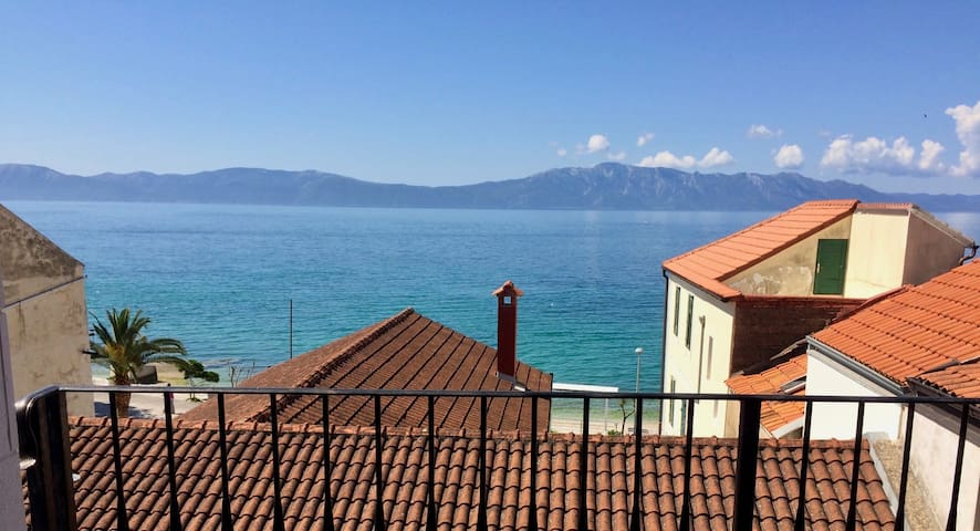 Modra Villa - Penthouse Apt. steps from Adriatic - Zaostrog - Flat
