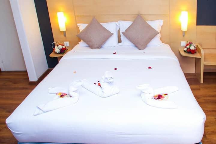 Jolie chambre cosy avec un lit double,  au centre
