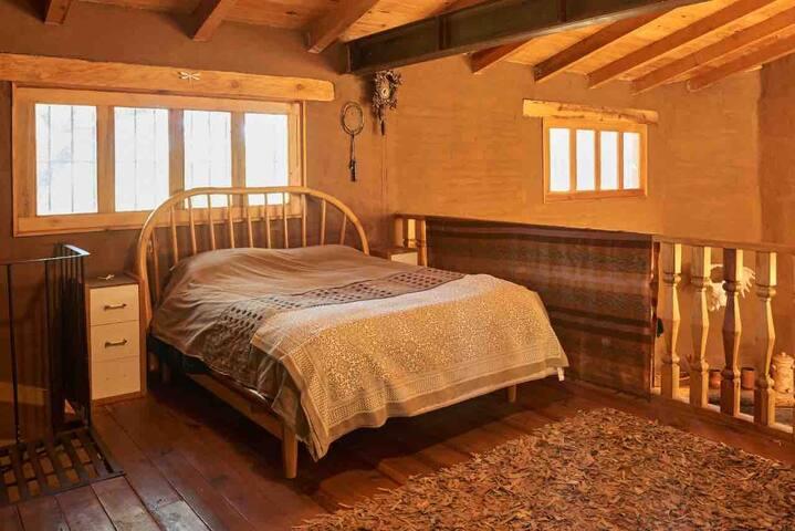 Cama matrimonial de madera en tapanco , sábanas de franela , edredón pluma de ganso 2 buros tv para dvd 45 pulgadas