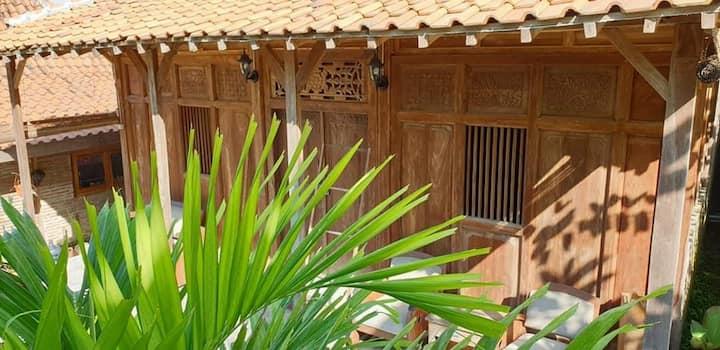 Villa Kayu Yogyakarta With Ricefield for 4 person.