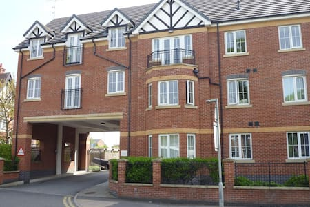 Light, spacious apartment & balcony - Nantwich