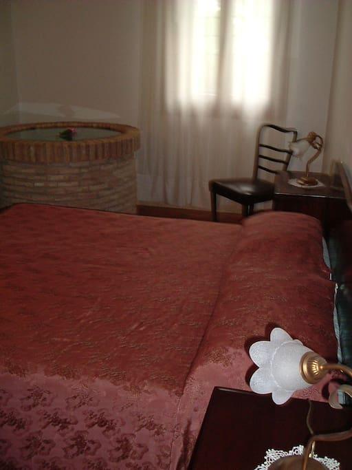 suggestiva camera da letto con pozzo