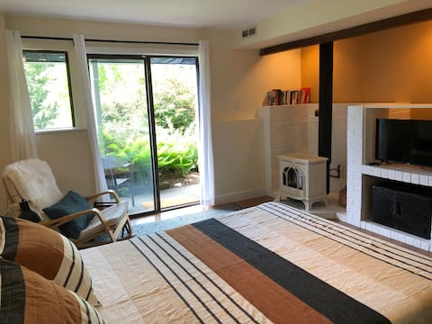 Snug, stylish suite in Poulsbo